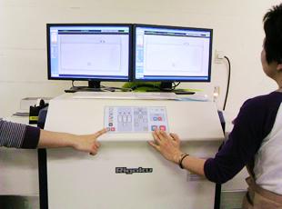 ツインモニターX線検針機を使用して検針している様子 1